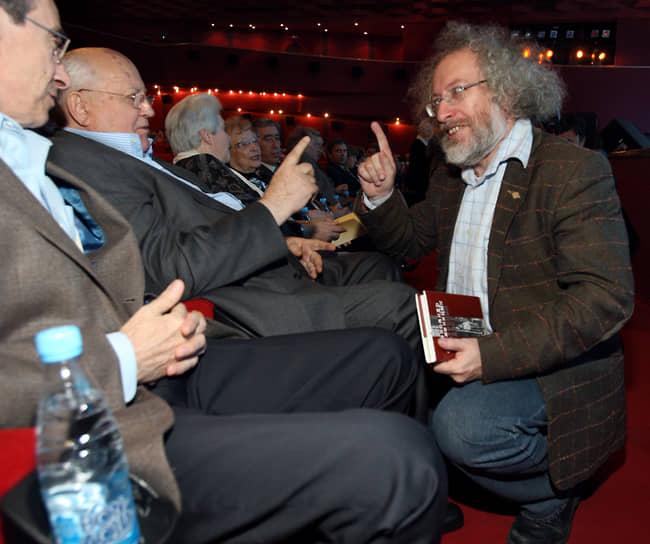 «Мне стыдно, что это происходит у нас. Я просто поражен. Так поступать с независимой демократической радиостанцией, которую любят и ценят, которую слушают люди, а потом и читают материалы в интернете. И такая бесцеремонность! Это просто пощечина общественному мнению»<br> В феврале 2012 года «Газпром-Медиа» потребовал срочной отставки совета директоров и смены состава независимых директоров «Эха Москвы». Михаил Горбачев выступил в защиту радиостанции, заявив, что изменения в совете директоров «Эха» были санкционированы Кремлем<br> На фото: с главным редактором «Эхо Москвы» Алексеем Венедиктовым (справа) в 2010 году