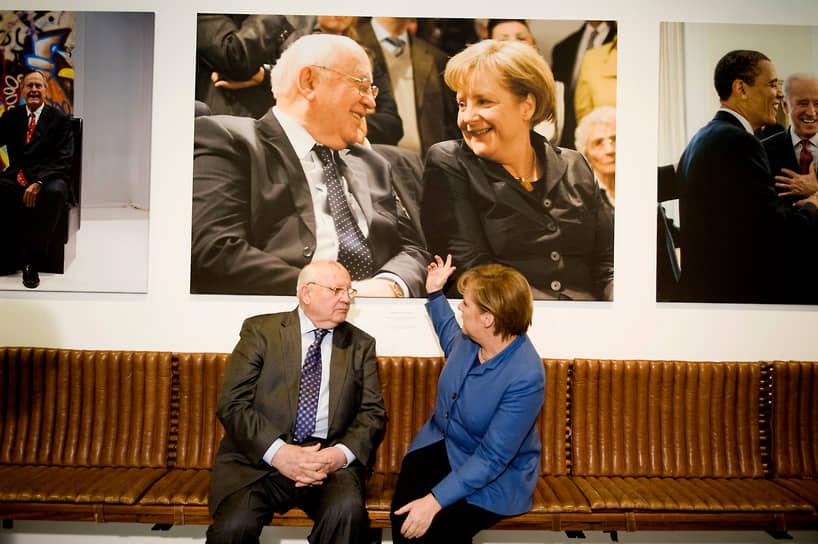 «Когда меня спрашивают: кто главный герой в деле объединения Германии, я отвечаю, не колеблясь: русские и немцы. Без того, что произошло в их отношениях за послевоенные годы, выход на новую политику был бы просто невозможен»<br> На фото: с немецким канцлером Ангелой Меркель в 2011 году