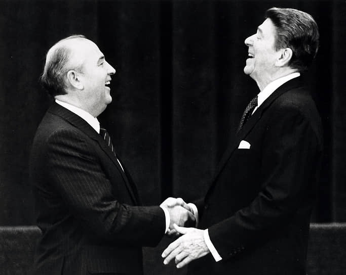 В 1986 году в истории российско-американских отношений произошел настоящий прорыв — в ходе переговоров 11-12 октября президентом США Рональдом Рейганом (справа) и генеральным секретарем ЦК КПСС Михаилом Горбачевым был дан старт подписанию договора о начале ядерных разоружений