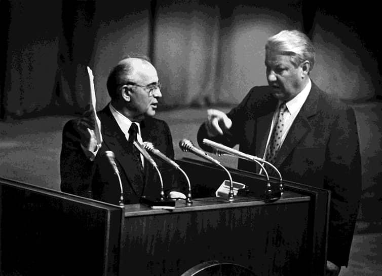 19-21 августа 1991 года во время августовского путча Михаил Горбачев был в течение трех дней изолирован на президентской вилле в Форосе (Крым). После провала попытки госпереворота вернулся к исполнению обязанностей. В ноябре 1991 года указом президента РСФСР Бориса Ельцина (справа) была прекращена деятельность КПСС, генсеком которой был Михаил Горбачев. В декабре 1991, после подписания Беловежского соглашения и Алма-Атинского протокола, он перестал быть президентом СССР