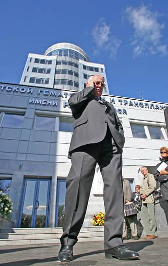 В 2002 года в офисе «Горбачев-фонда» был подписан договор о строительстве в Санкт-Петербурге нового института детской гематологии и трансплантологии имени Раисы Максимовны Горбачевой. Для бывшего президента СССР онкология — «это особенная личная боль». Еще задолго до болезни Раисы Горбачевой, скончавшейся в 1999 году, была создана международная благотворительная организация «Гематологи мира — детям», которая способствовала развитию гематологии и онкологии в России. Фонд Горбачева пожертвовал на строительство новой больницы $1 млн