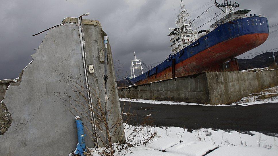 Выброшенное на берег волной цунами рыболовецкое судно, префектура Мияги
