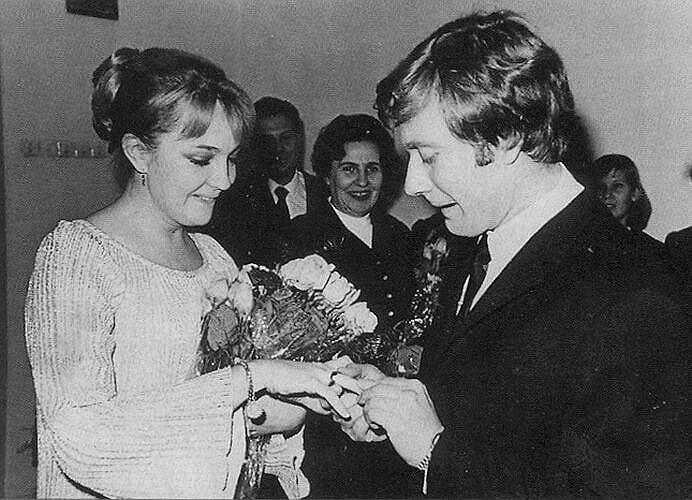 «Больше всего ценю искренность — в женщине, мужчине, искусстве» <br>Андрей Миронов был женат дважды. Первый брак с актрисой Екатериной Градовой (на фото) продлился почти пять лет (1971—1976). Второй супругой артиста в 1977 году стала актриса Лариса Голубкина, с которой он познакомился еще в 1963 году и, по ее рассказам, делал ей предложения стать его женой на протяжении 12 лет