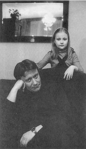 """«Мне нравятся люди легкие, открытые, с чувством юмора. Раньше думал, что и я легкий человек. Но замечаю: с годами """"тяжелею"""", становлюсь мрачноватым. Что, однако, не добавляет сдержанности и здравомыслия» <br>В браке с Екатериной Градовой у актера родилась дочь Мария Миронова (на фото), ставшая впоследствии актрисой"""
