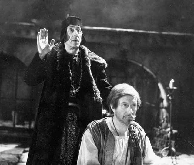«Я такой же, как все. Я просто работаю, как все» <br>14 августа 1987 года, находясь в Риге во время гастролей театра, на спектакле «Безумный день, или Женитьба Фигаро», не доиграв последнюю сцену, Андрей Миронов потерял сознание. Врачи диагностировали обширное кровоизлияние в мозг. Спустя два дня актер скончался, не приходя в сознание. Ему было 46 лет