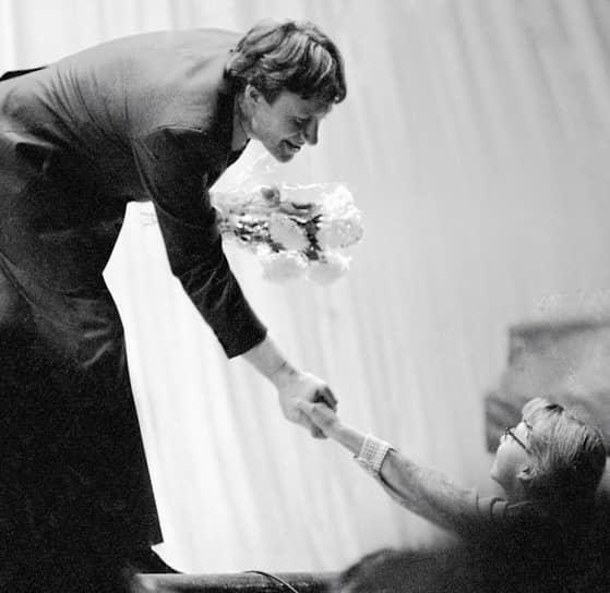 «В актере есть две вещи: мастерство и личность. И чтобы личность сложилась, возмужала, не обязательно, конечно, в Сибирь или грузчиком, но через что-то человек должен пройти» <br>В 1974 году актеру было присвоено звание заслуженного артиста РСФСР, в 1980-м — народного артиста РСФСР