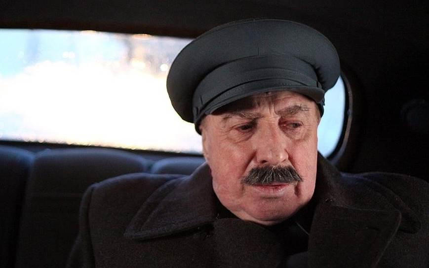 2000-е принесли Юрскому новые роли — отец Бродского в картине «Полторы комнаты, или Сентиментальное путешествие на Родину» (2008), отец Базарова в сериале «Отцы и дети» (2008), Сталин в сериале «Товарищ Сталин» (2011) (кадр на фото), Борис Пастернак в сериале «Фурцева» (2011)