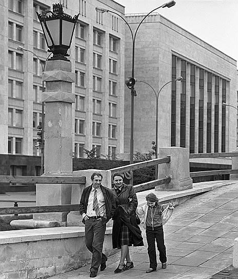 Сергей Юрский был дважды женат. Первой его супругой стала актриса Зинаида Шарко, однако они разошлись и актер женился на актрисе Наталье Теняковой (на фото). В 1973 году у них родилась дочь Дарья (на фото)