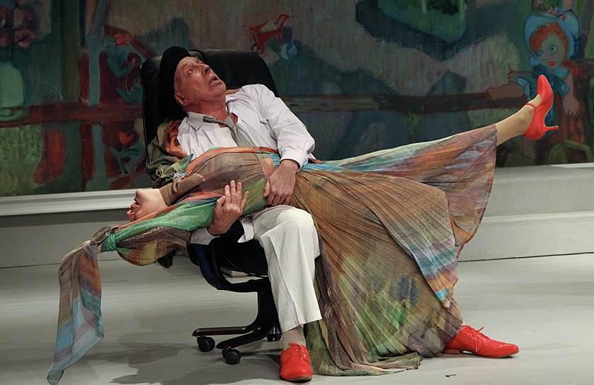 Сергей Юрский известен публике, как потрясающий чтец. Он автор более 15 литературных программ по произведениям классических и современных авторов. Его первые программы начали выходить еще в 1960-е годы. Тогда во время концертов он читал Пушкина, Гоголя, Бабуля, Пастернака и других <br>На фото сцена из спектакля «Полонез» по мотивам нескольких пьес Игоря Вацетиса