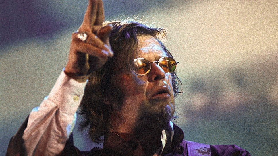 «Деньги — это эквивалент энергии. Я пою и отдаю довольно большое количество энергии. Те, кто приходят на концерт, мне за это платят. Они не могут платить напрямую своей энергией — поэтому дают бумажки, которые ее заменяют»