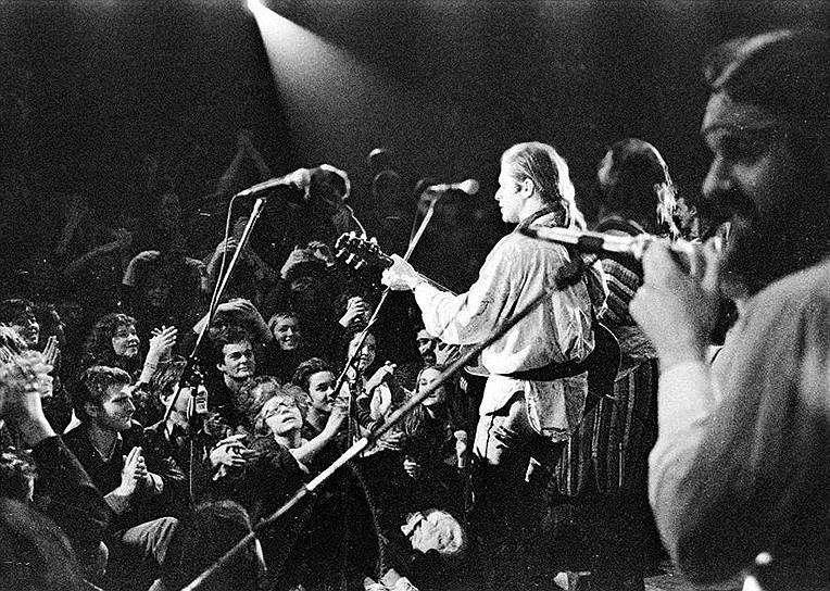 «В музыке нет иного уровня, кроме мирового: это когда человек держит у себя дома сто компактов, и среди них — твоя музыка. Остальное все — сельская самодеятельность. Из наших музыкантов пока никто не дотянулся»<br> В конце 1980-х «Аквариум» записал англоязычный альбом Radio Silence и отправился в гастроли по США и Западной Европе вместе с музыкантами группы Eurythmics