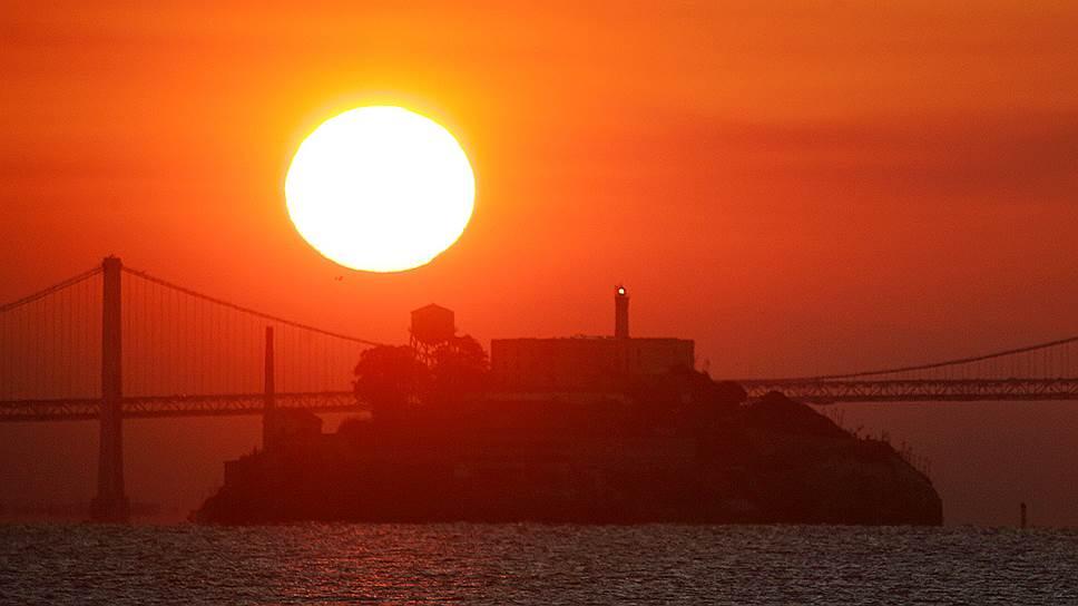 Алькатрас — остров в заливе Сан-Франциско. Первоначально территория острова использовалась как военный форт, однако позднее он был превращен в   сверхзащищенную тюрьму для особо опасных преступников и тех, кто совершал попытки побега из предыдущих мест заключения. В настоящее время тюрьма расформирована, остров превращен в музей, куда ходит паром из Сан-Франциско