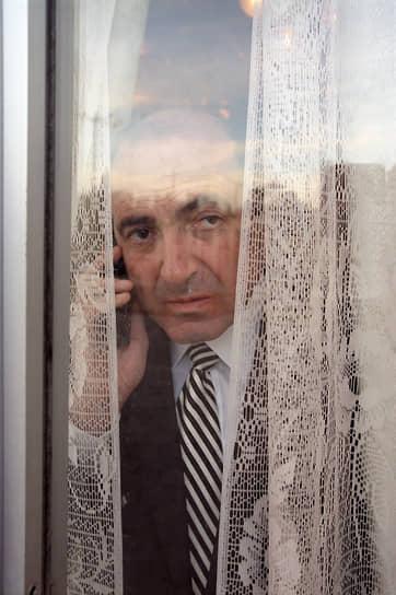 «Это моя личная проблема, что я не очень хорошо понимаю людей, но я уверен, что понимаю их хорошо» <br>В России Борис Березовский стал фигурантом ряда уголовных дел. Первое, о хищении 214,9 млн руб. у ОАО «Аэрофлот», расследовалось с 1999 года. В ноябре 2007 года Савеловский суд Москвы заочно приговорил предпринимателя к шести годам колонии, указав, что срок будет исчисляться с момента фактического задержания осужденного. В июне 2009 года Красногорским горсудом заочно приговорен к 13 годам колонии за хищение в 1994 году у АвтоВАЗа 5,5 тыс. «Жигулей». Также Березовский обвинялся в попытке насильственного захвата власти, хищении госдачи в подмосковной «Жуковке» и хищении путем мошенничества кредита в $13 млн у банка «СБС-Агро» в 1997 году. В феврале 2012 года стало известно, что следствие подозревает Бориса Березовского в убийстве журналистки Анны Политковской