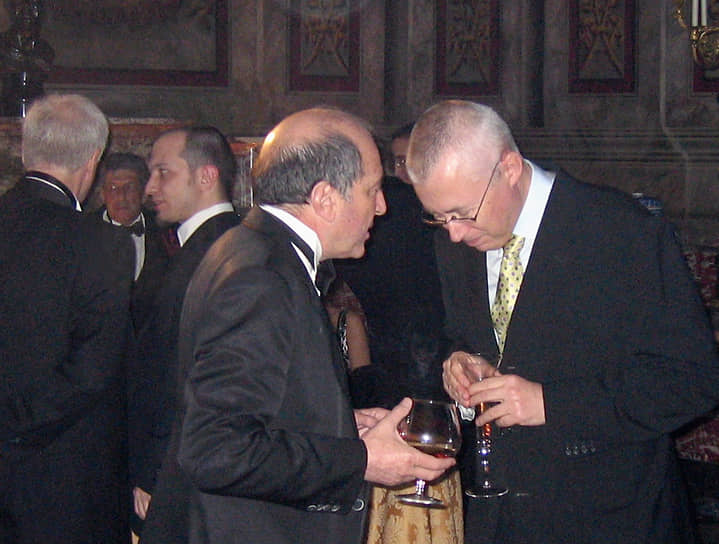 В 1995 году Борис Березовский участвовал в создании ОРТ и позже вошел в совет директоров. К 1999 году он   контролировал 49% акций компании. Также был акционером Московской независимой вещательной корпорации (ТВ-6)  <br> На фото: Борис Березовский и медиаменеджер Игорь Малашенко (справа)