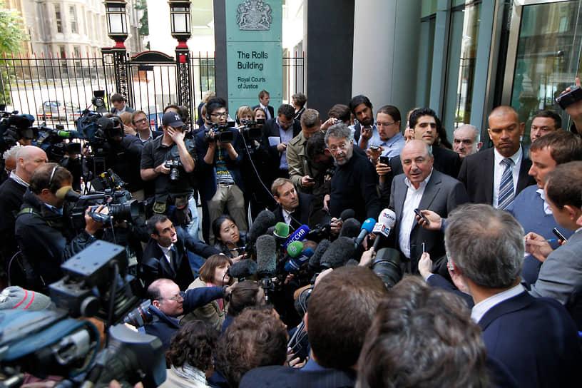 «Чтобы получить влияние, нужно быть умным… Абрамович таковым не был» <br>Самый громкий процесс завершился в Великобритании в августе 2012 года. Борис Березовский подал в Высокий суд Лондона иск против своего бывшего партнера Романа Абрамовича, потребовав возмещения ущерба в $5,5 млрд от продажи в 2001-2004 годах своих долей в компаниях «Сибнефть», «Русал» и ОРТ. По утверждению истца, активы были проданы в разы дешевле их реальной стоимости из-за давления и угроз со стороны Романа Абрамовича. Ответчик, в свою очередь, утверждал, что его сотрудничество с господином Березовским заключалось лишь в политическом лоббировании истцом его интересов, а также «крыше», за которую он ежегодно платил последнему от $50 млн до $80 млн. Судья признала претензии господина Березовского недоказанными