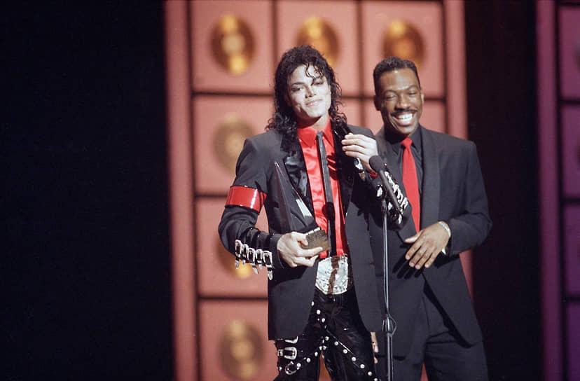 После триумфа «48 часов» и «Поменяться местами», дальнейшую карьеру Мерфи определила Paramount Pictures, выступившая дистрибьютором этих фильмов. Между Мерфи и студией был заключен контракт на его участие в пяти фильмах компании <br>На фото: певец Майкл Джексон и Эдди Мерфи на вручении премии American Music Awards в 1989 году