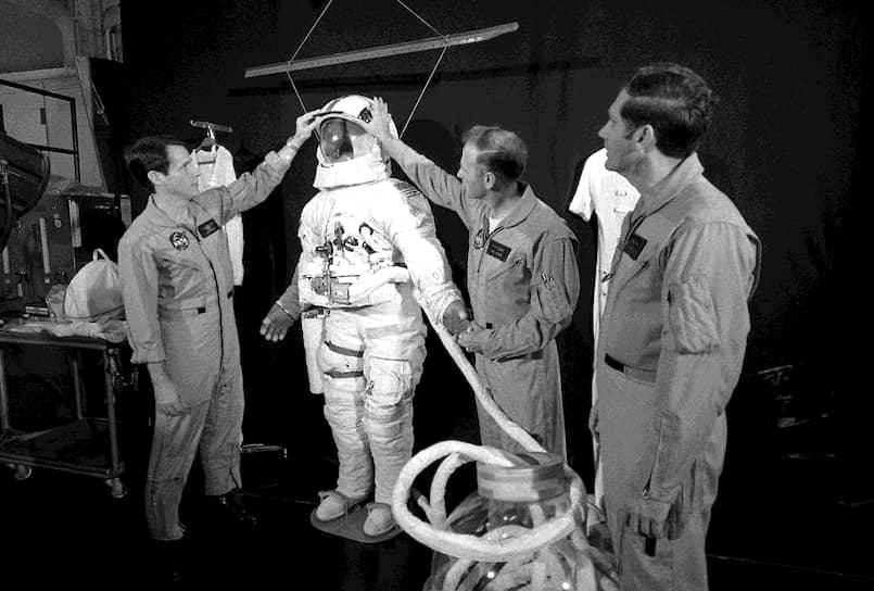 Джеральд Карр, Эдвард Гибсон, Уильям Поуг стали первыми астронавтами, которые встретили Новый год на орбите в 1974 году на борту «Скайлэб»