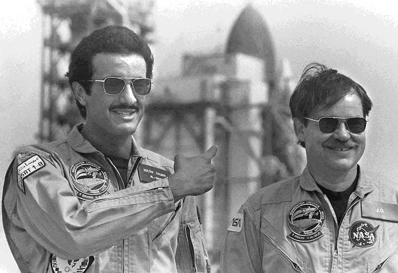 Первый астронавт-принц из Саудовской Аравии Султан ас-Сауд (слева) совершил полет в 1985 году