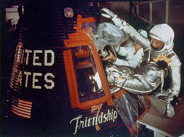 В 1998 году 77-летний Джон Гленн совершил 132 витка вокруг земли на корабле «Дискавери», таким образом став самым старым космонавтом на планете