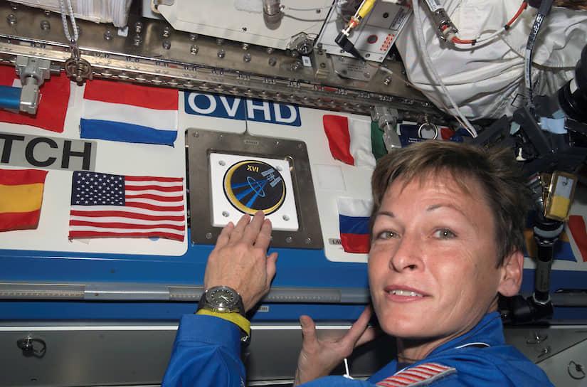 10 октября 2007 года американка Пегги Уитсон стала первой женщиной-командиром МКС.  Кроме того, за два космических полета Уитсон провела на орбите 377 суток, что является абсолютным рекордом по длительности работы в космосе среди женщин