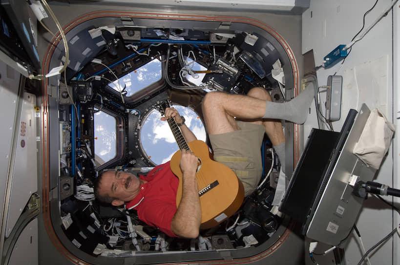 Кристофер Хэдфилд стал первым канадцем в открытом космосе и единственным гражданином Канады, который побывал на станции «Мир». Популярность к Хэдфилду пришла в 2013 году, когда он выложил на Youtube кавер-версию на песню Дэвида Боуи «Space Oddity».  Это было первым музыкальным видео, снятым в космосе