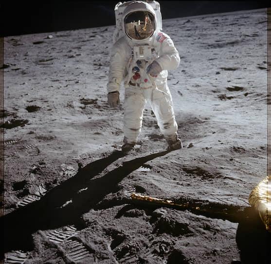 Первую высадку на Луну совершил в 1969 году корабль «Аполлон-11», на борту которого были космонавты Нил Армстронг, Эдвин Олдрин, Майкл Коллинз (высаживались первые двое, Коллинз оставался в корабле на орбите)