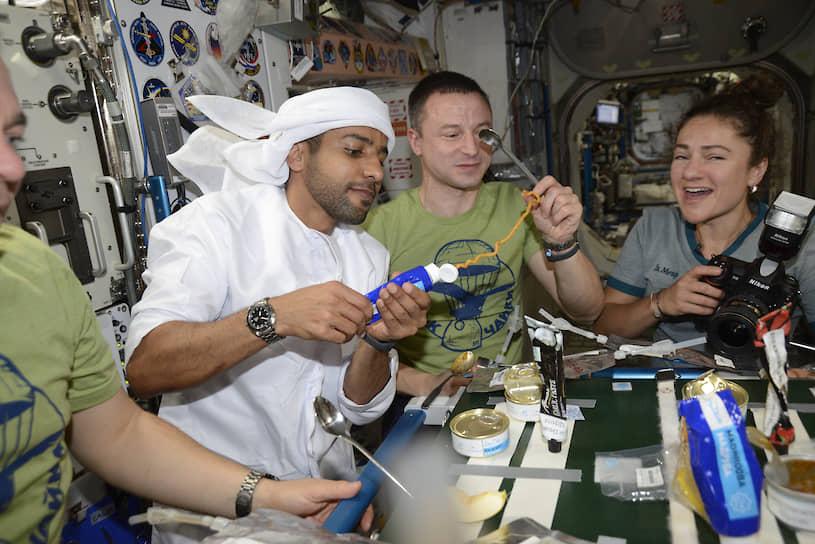 Хаззаа аль-Мансури (второй слева) стал первым космонавтом из Объединенных арабских эмиратов, совершившим полет в космос 25 сентября 2019 года
