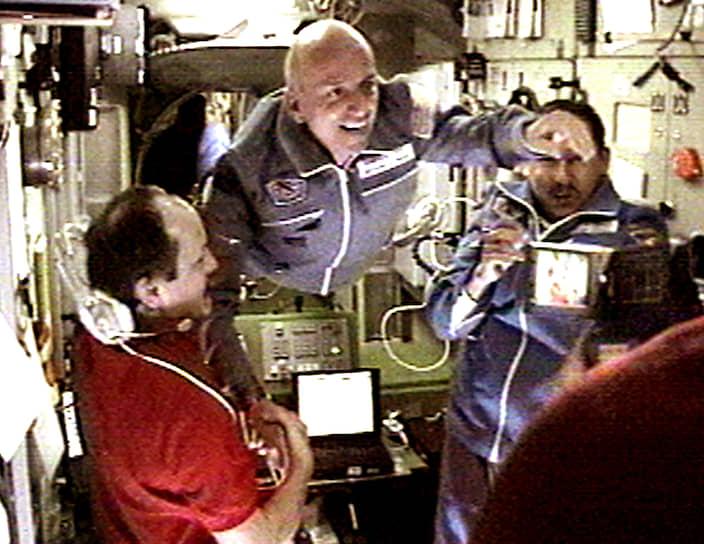 В 2001 году Деннис Тито (в центре) стал первым космическим туристом в мире, заплатив за это $20 млн