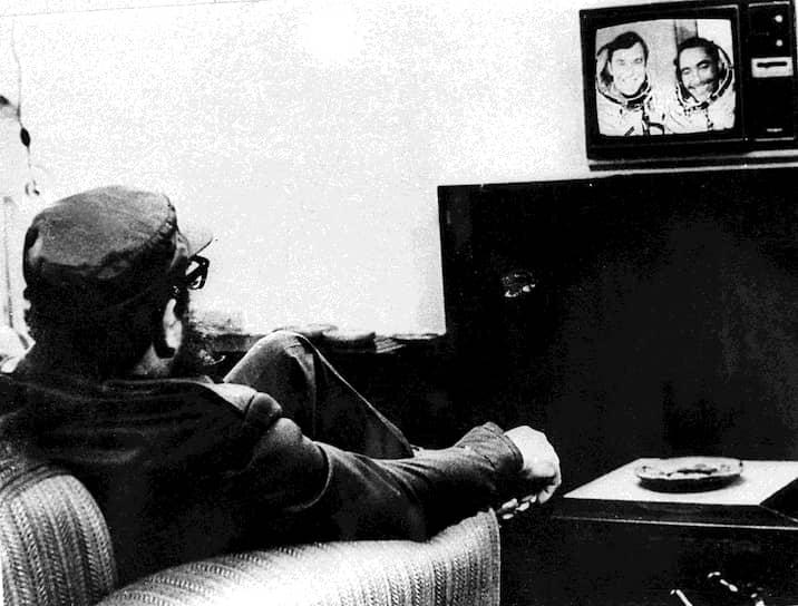 18 сентября 1980 года на корабле «Союз-38» в космос отправился кубинский космонавт Арнальдо Тамайо Мендес — первый латиноамериканец и первое лицо африканского происхождения в космосе<br>На фото: Фидель Кастро смотрит по телевизору новости о кубинском космонавте