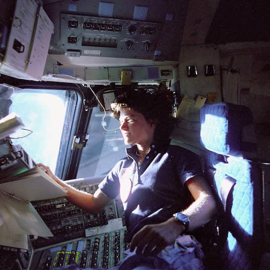 Первая американская женщина-астронавт Салли Райд полетела в космос на «Челленджере» STS-7 в 1983 году