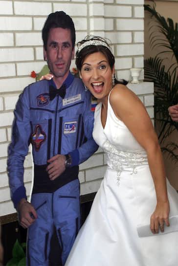 Первая свадьба в космосе состоялась 10 августа 2003 года. Российский космонавт Юрий Маленченко находился на борту МКС, а его избранница — гражданка США российского происхождения Екатерина Дмитриева была на Земле