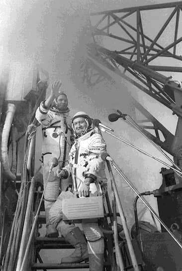2 марта 1978 года Владимир Ремек из Чехословакии стал первым человеком, который полетел в космос и при этом не был ни гражданином СССР, ни гражданином США<br>На фото: экипаж космического корабля «Союз-28», Алексей Губарев и Владимир Ремек (справа)
