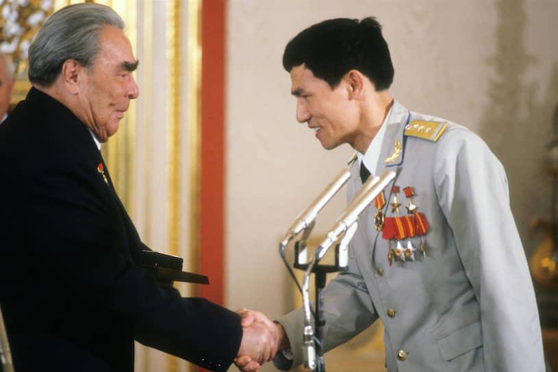 Генеральный секретарь ЦК КПСС Леонид Брежнев вручает награду первому вьетнамскому космонавту Фам Туану, который в июле 1980 года участвовал в полете корабля «Союз-37»