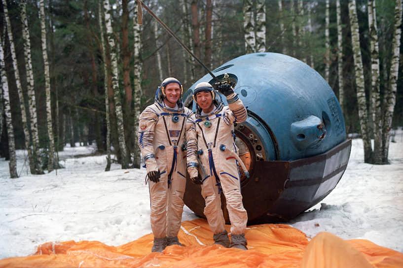 2 декабря 1990 на орбиту побывал первый профессиональный журналист в космосе и одновременно первый японец в космосе Тоёхиро Акияма<br>На фото: космонавт-испытатель Виктор Афанасьев и Тоёхиро Акияма (справа)