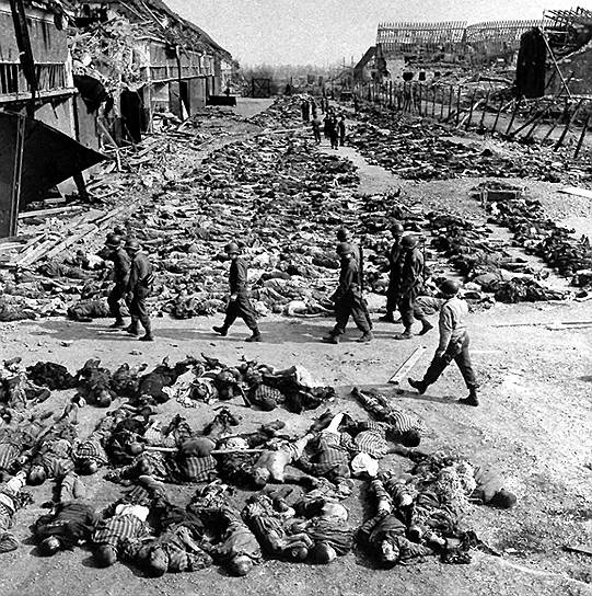 Ряды трупов возле казарм концлагеря в Нордхаузене. Когда лагерь был освобожден войсками союзников, солдаты обнаружили там более 3 тыс. тел