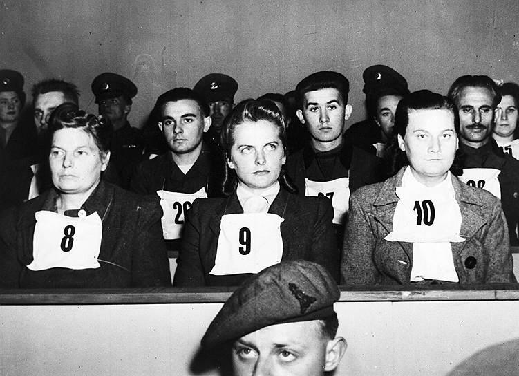 В марте 1943 года Ирма Грезе (в центре) стала надзирательницей в Освенциме. Выжившие заключенные рассказывали о ее чрезмерной жестокости. Среди прозвищ Грезе были «Светловолосый дьявол», «Ангел смерти», «Прекрасное чудовище». Она забивала насмерть женщин, сама расстреливала заключенных, морила голодом собак, чтобы потом натравливать их на людей. 17 апреля 1945 года Ирма Грезе была взята в плен англичанами. Суд приговорил ее к смертной казни