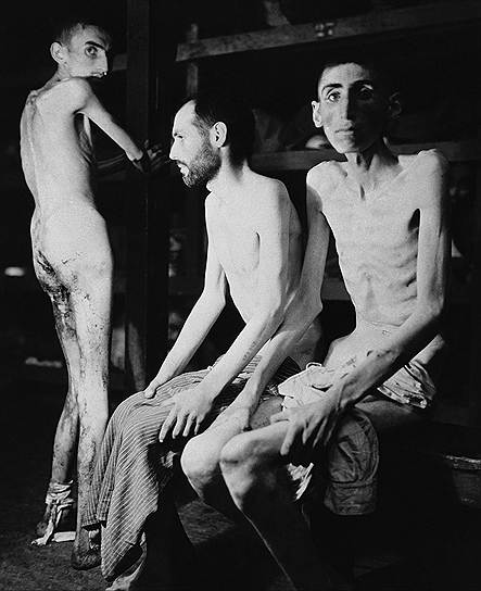 В марте 1945 года в Бухенвальде вспыхнуло вооруженное восстание заключенных, в результате которого они сумели перехватить контроль над лагерем смерти у отступавших соединений СС. Из-за этого фашисты не успели замести следы своих преступлений, и показания узников дошли до международного Нюрнбергского трибунала — судебного процесса над бывшими руководителями гитлеровской Германии<br>На фото: заключенные концлагеря Бухенвальд. На момент освобождения средний вес узника составлял приблизительно 31,8 кг