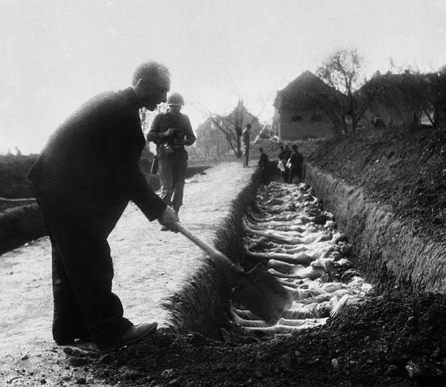 После закрытия концлагерей гражданские лица помогали американским солдатам хоронить убитых узников<br>На фото: братская могила в концлагере Нордхаузена