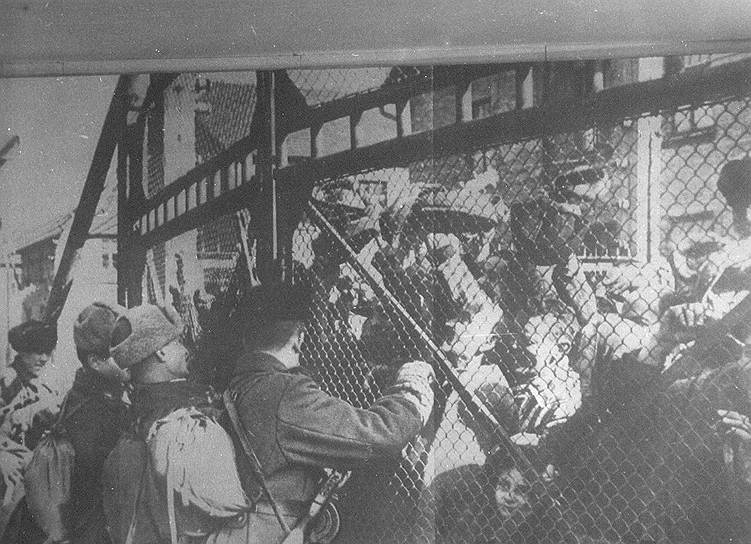 Советские солдаты открывают ворота концлагеря Освенцим и освобождают заключенных. Тогда удалось спасти около 7 тыс. узников