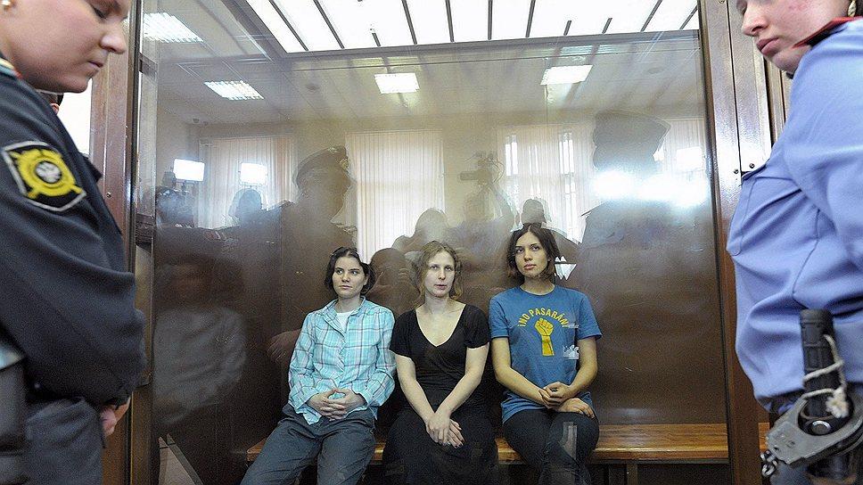 Участницы панк-группы Pussy Riot слева направо: Екатерина Самуцевич, Мария Алехина и Надежда Толоконникова
