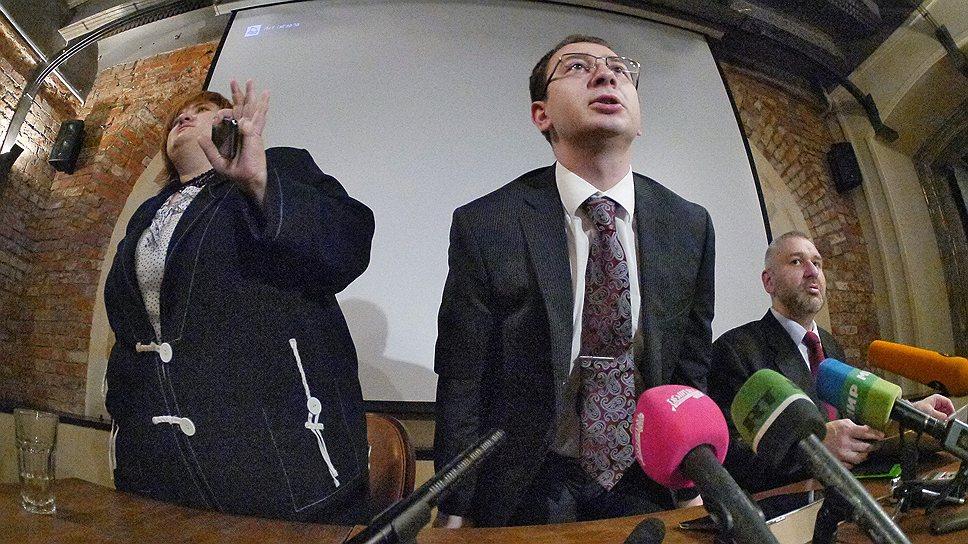 Адвокаты арестованных участниц панк-группы Pussy Riot слева направо: Виолетта Волкова, Николай Полозов, Марк Фейгин