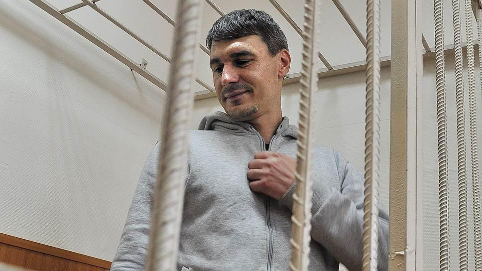 Артем Савелов (родился в 1979 году). Задержан 11 июня 2012 года. По данным следствия, несмотря на заикание, скандировал «Долой полицейское государство!». 24 февраля 2014 года приговорен к лишению свободы в колонии общего режима на 2 года и 7 месяцев. Артем Савелов вышел на свободу 31 декабря 2014 года. В 2016 году Верховный суд признал его арест незаконным