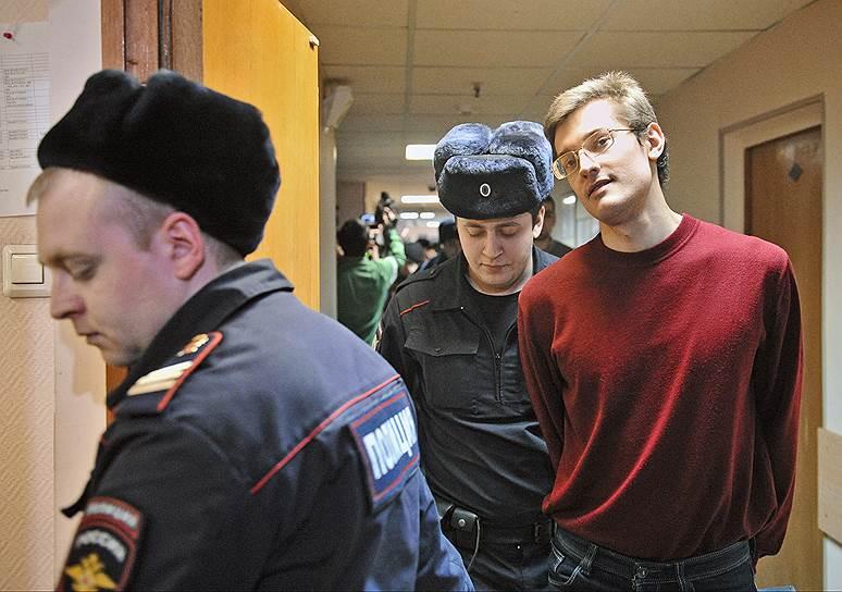 Ярослав Белоусов (родился в 1991 году). Задержан 9 июня 2012 года. Согласно обвинению, он бросил в сотрудника полиции «неустановленный твердый предмет желтого цвета шарообразной формы, который попал последнему в верхнюю часть груди справа, причинив тем самым потерпевшему физическую боль». 24 февраля 2014 года был приговорен к 2 годам 6 месяцам лишения свободы в колонии общего режима. 11 июня того же года Мосгорсуд сократил ему срок до 2 лет и 4-х месяцев. Был выпущен на свободу 8 сентября 2014 года. В 2016 году Страсбургский суд присудил заявителю Белоусову компенсацию в размере €12,5 тыс.
