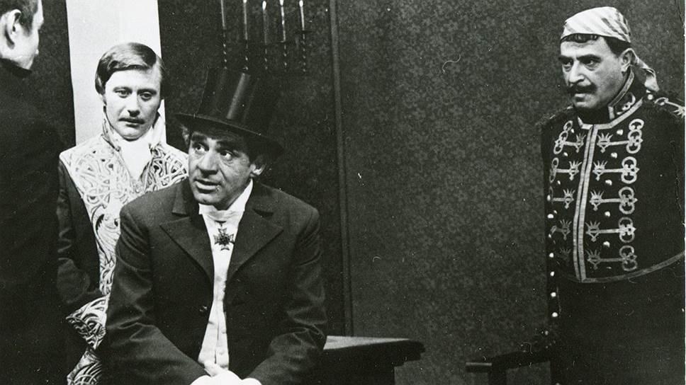 «Результат окончательно определяет только зрительский успех»<br> Свою первую роль в кино Владимир Этуш сыграл в 1953 году в историческом фильме Михаила Ромма «Адмирал Ушаков». В дальнейшем актер снялся более чем в 40 картинах<br> На фото: кадр из фильма «Тень»