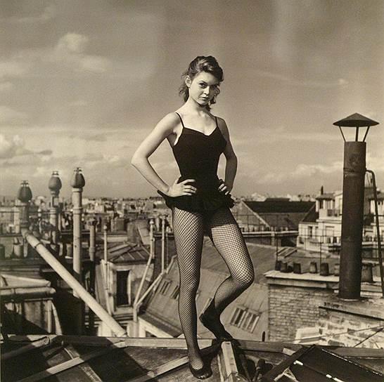 В 1949 году пятнадцатилетняя Брижит Бардо участвовала в показе мод по приглашению знакомого матери; в этом же году снялась для журнала Jardin des Modes («Сад Моды»). В 1950 году Бардо появилась на обложке журнала Elle и была замечена начинающим режиссером Роже Вадимом <br>Фотография Вальтера Карона «Брижит Бардо, танцующая на крышах Парижа» (1952 год)