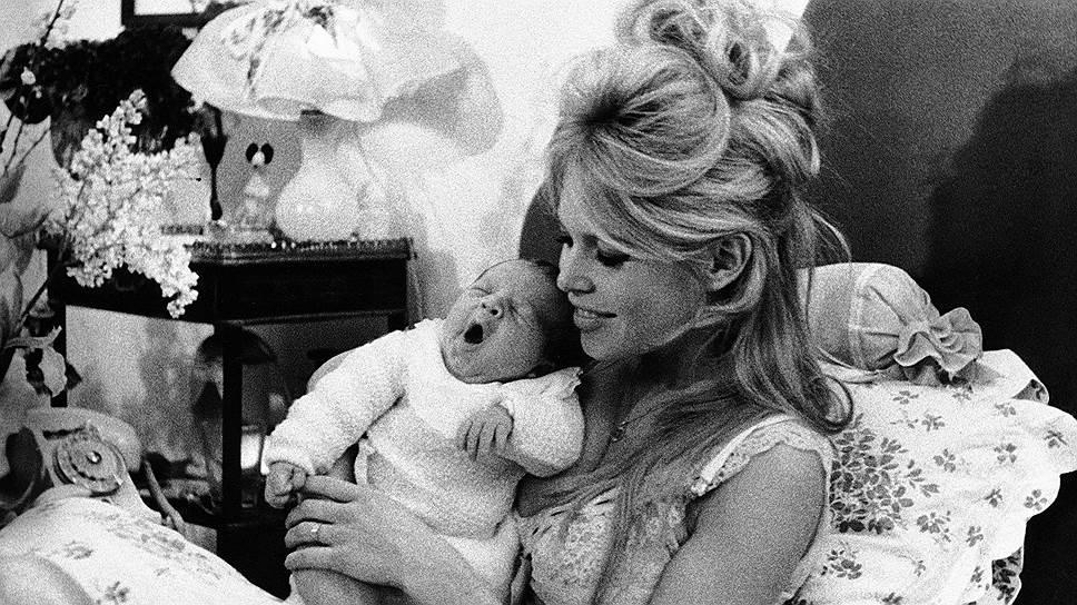 Брижит Бардо была замужем четыре раза: за режиссером Роже Вадимом, актером Жаком Шарье, немецким миллионером Гунтером Заксом и Бернаром д'Ормалем. В браке с Жаком Шарье, в 1960 году, актриса родила сына Николя (на фото). После их развода ребенок был отдан на воспитание в семью Шарье