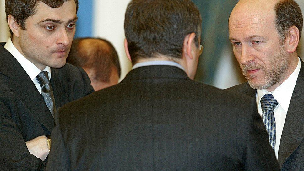 Бывший руководитель администрации президента России Александр Волошин (справа) и бывший заместитель председателя правительства РФ Владислав Сурков