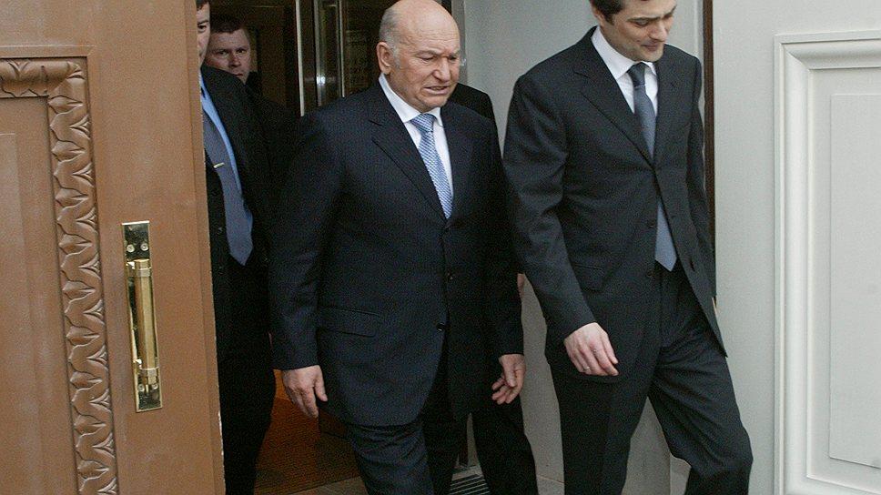 Экс-мэр Москвы Юрий Лужков (слева) и бывший заместитель главы администрации президента России Владислав Сурков