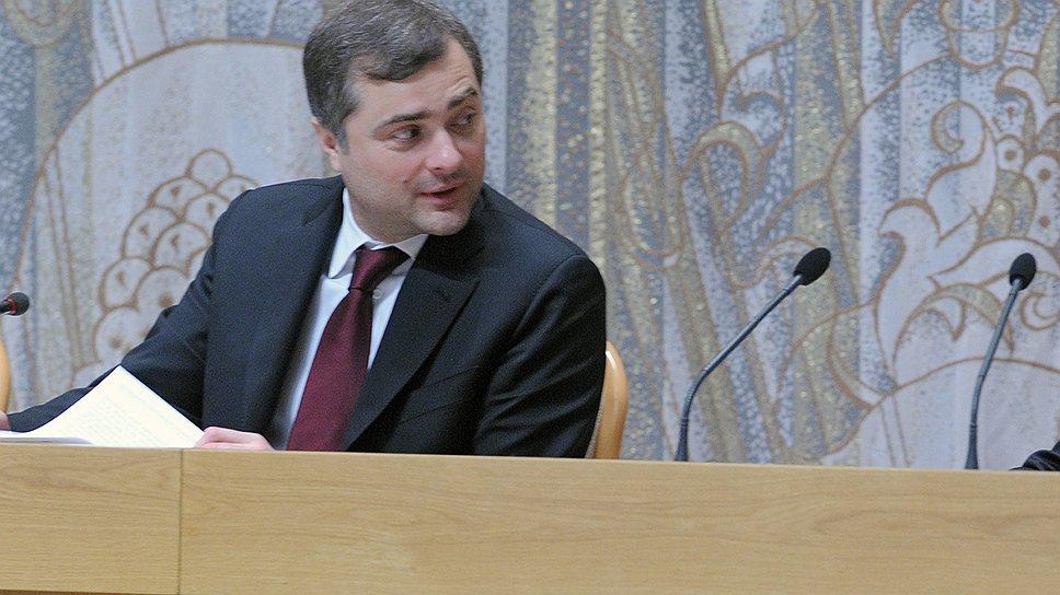 Президент России Владимир Путин (справа) и бывший заместитель председателя правительства Владислав Сурков