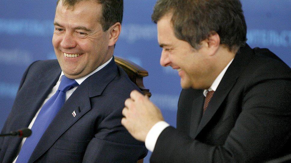 Председатель правительства России Дмитрий Медведев (слева) и бывший заместитель председателя правительства России, руководитель аппарата правительства России Владислав Сурков